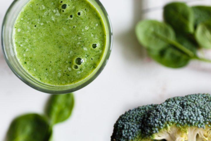 Groene Smoothie met broccoli, spinazie, banaan, kiwi en limoen voor je weerstand - Sambucol